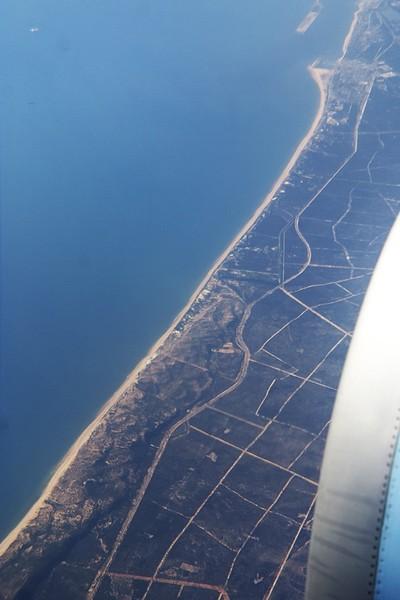 Španělsko, pobřeží u městečka Matagón (v pravém horním rohu).