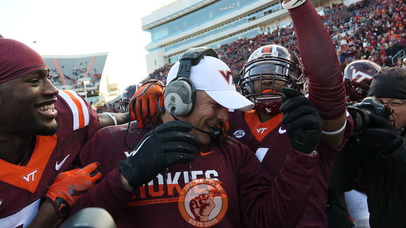 Head coach Justin Fuente celebrates with his players as the game ends with a victory. (Mark Umansky/TheKeyPlay.com)
