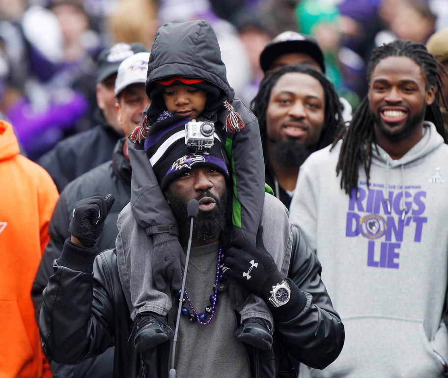 . Super Bowl XLVII champion Baltimore Ravens safety Ed Reed sings to the crowd at a fan and team victory rally in Baltimore February 5, 2013. The Ravens defeated the San Francisco 49ers to win the NFL championship. The child on Reed\'s shoulders is unidentified.    REUTERS/Gary Cameron