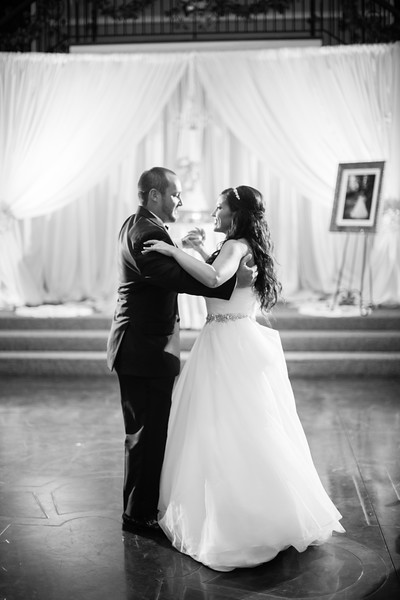 0880_Josh+Lindsey_WeddingBW.jpg
