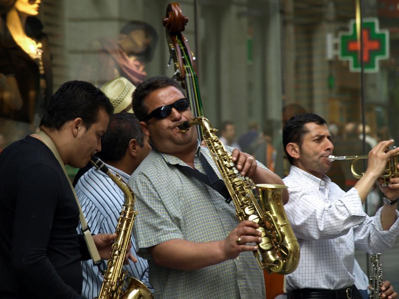 Livlige gatemusikanter (Foto: Ståle)