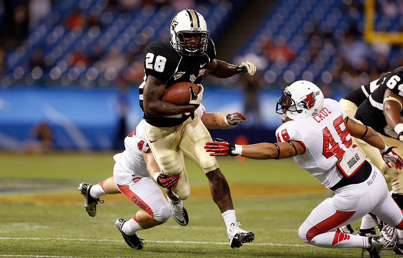 . Running back Latavius Murray #28 of the Central Florida Knights runs out of the grasp of linebacker Justin Cruz #48 of the Ball State Cardinals during the Beef \'O\' Brady\'s St Petersburg Bowl Game at Tropicana Field on December 21, 2012 in St Petersburg, Florida.  (Photo by J. Meric/Getty Images)