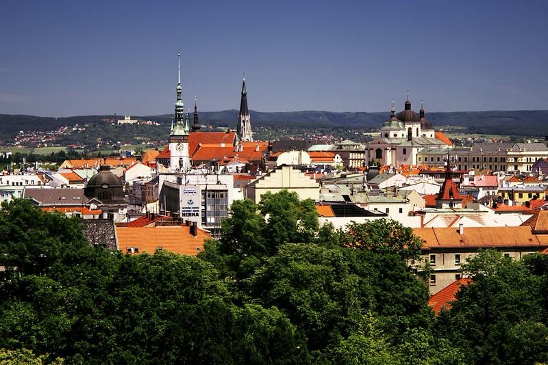 Centrum Olomouce a v pozadí Svatý Kopeček