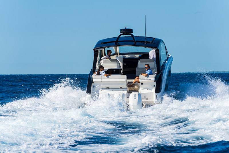 2021-Sundancer-370-Outboard-DAO370-running-stern-00795.jpg