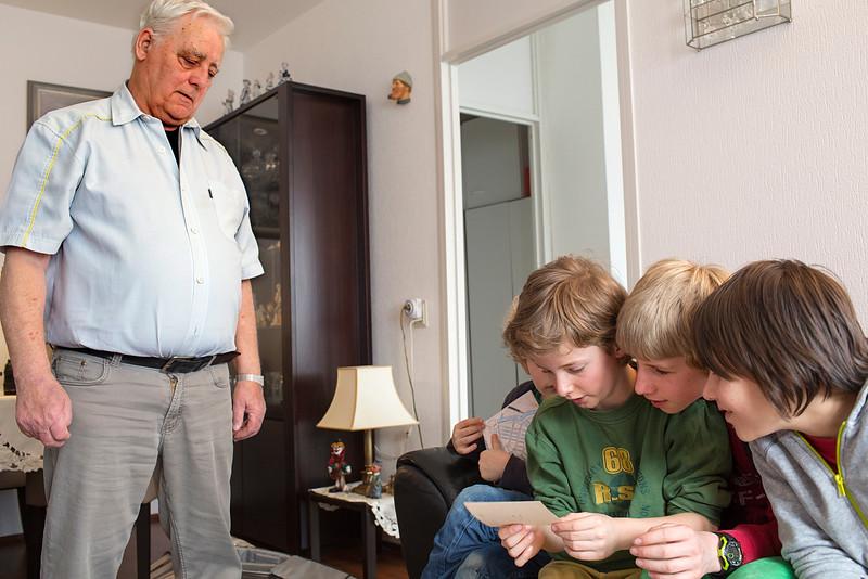 oorlog in mijn buurt, leerlingen van de rijk kramerschool interviewen de heren baan en paterstuk   over de oorlog, 9 maart 2015, foto: Katrien Mulder