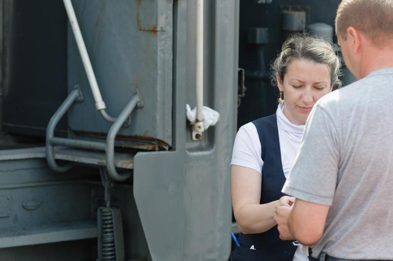 Bein den neuen Passagieren werden die Fahrkarten und Pässe kontrolliert.