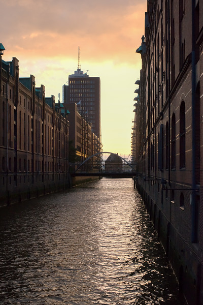 Speicherstadt Hamburg bei Dämmerung am Abend