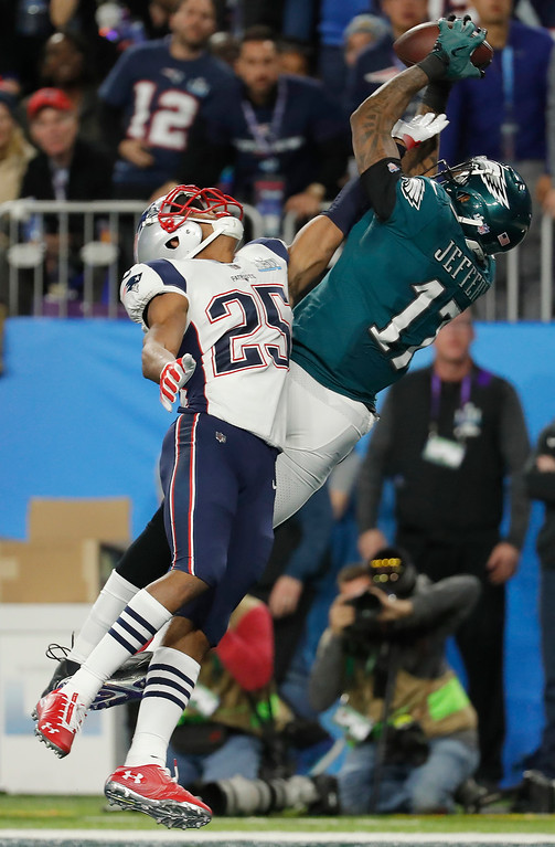. Philadelphia Eagles wide receiver Alshon Jeffery (17), makes a touchdown catch against New England Patriots cornerback Eric Rowe (25), during the first half of the NFL Super Bowl 52 football game, Sunday, Feb. 4, 2018, in Minneapolis. (AP Photo/Charlie Neibergall)