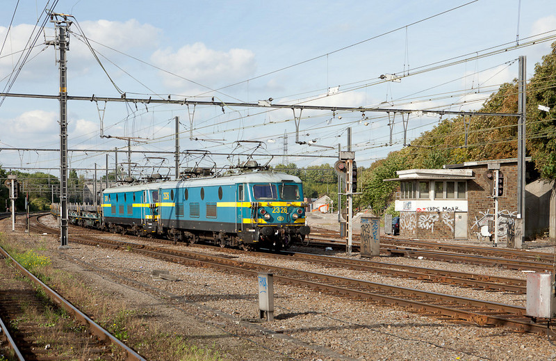 2326 + 2341 have the steel slab train 34741 (Genk-Goederen - Chatelet) in tow through Vise-Bas and past the still active (in 2010) Vise-PE interlocking tower.
