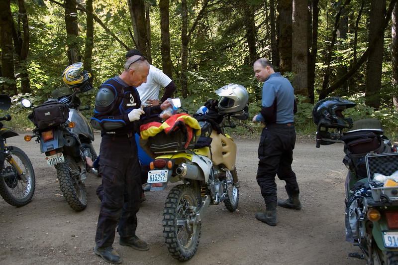A quick lunch when we try to fix Robert's brake bracket.  George in the foreground left, and Brian to the right.