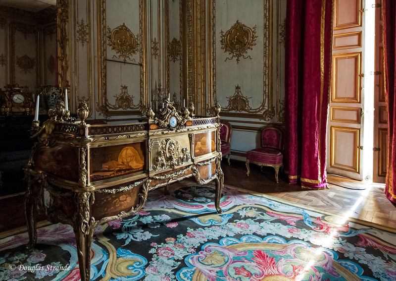 Inside the Chateu Versailles: a nice desk