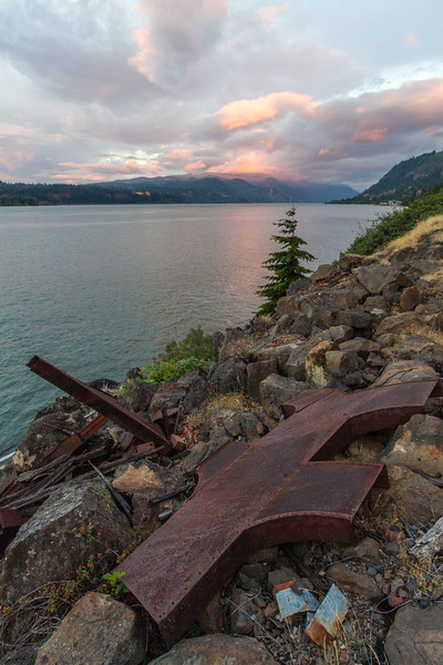 View of Columbia River with mountains - Oregon - USA