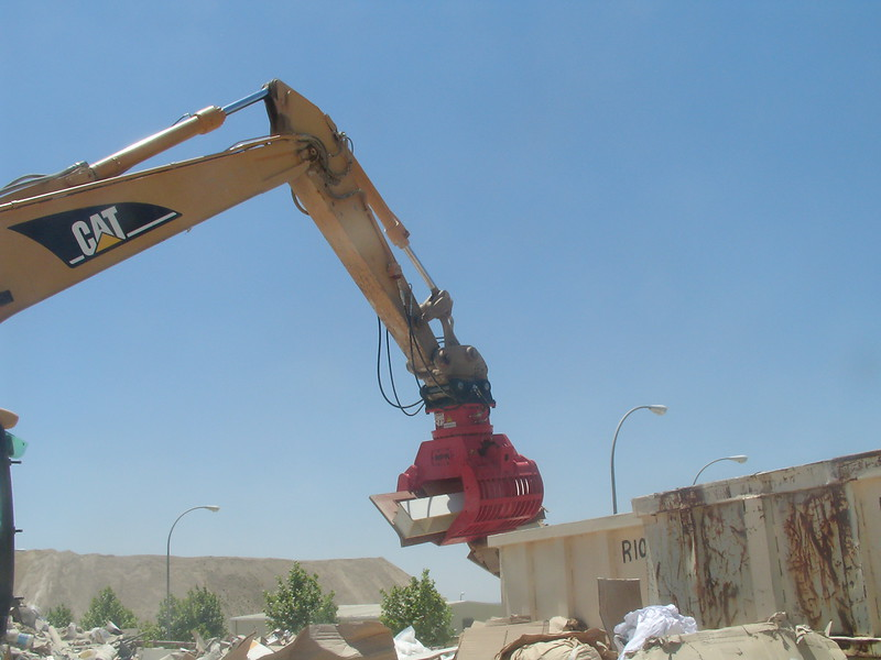 NPK DG-20 demolition grab on Cat excavator - C&D recycling (1).JPG