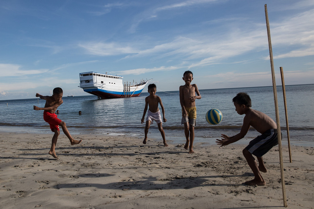 . Children play football at Tanah Beru Beach on May 2, 2014 in Bulukumba, South Sulawesi, Indonesia.  (Photo by Agung Parameswara/Getty Images)
