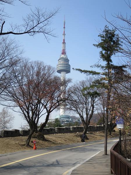 N Seoul Tower is open. Door smog is overkant van rivier niet zichtbaar. Kassa wil liever geen kaartje verkopen!