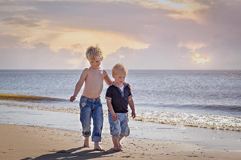 broertjes op het strand 2200px.jpg
