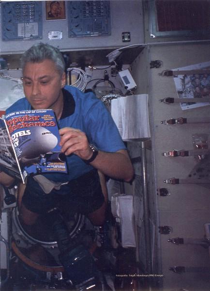 la_primera_revista_en_el_espacio_agosto_2001-02g.jpg