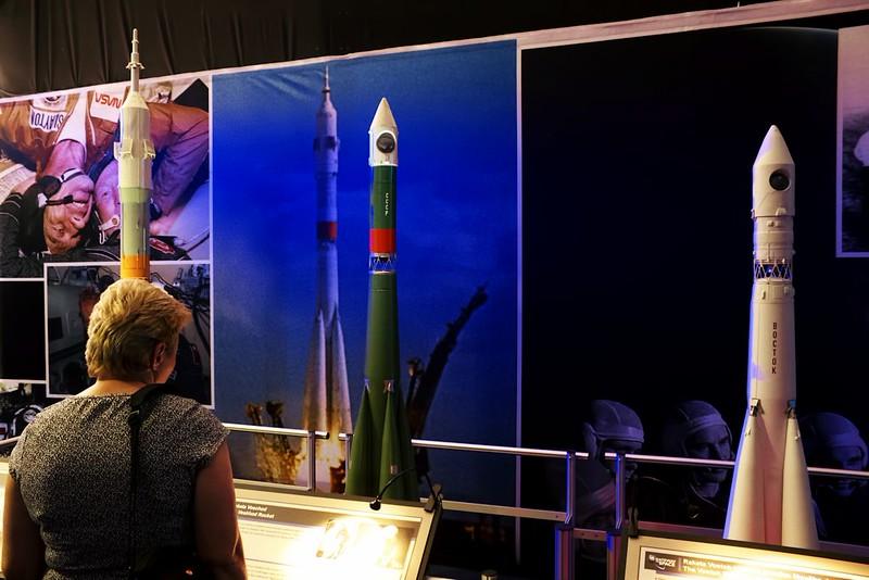 Modely ruských lodí i s nosnými raketami - zprava Vostok, Voschod a Sojuz