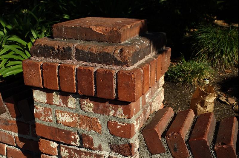 LaPlaza023-BrickPostAndBeerInBag-2006-09-27.jpg