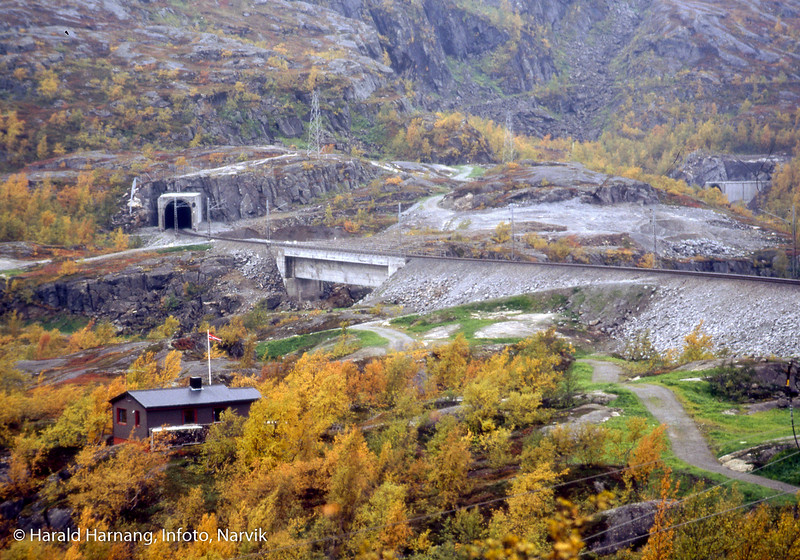 Søsterbekk holdeplass på Ofotbanen. Videre ser vi fyllinger, broer og tunnel som erstattet gamle Norddalsbrua