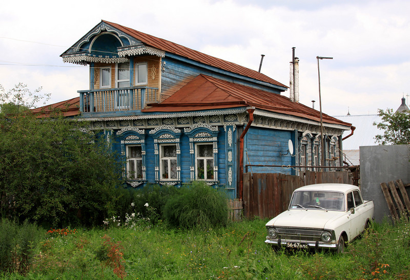 Suzdal - Local wooden house, with Russian car.