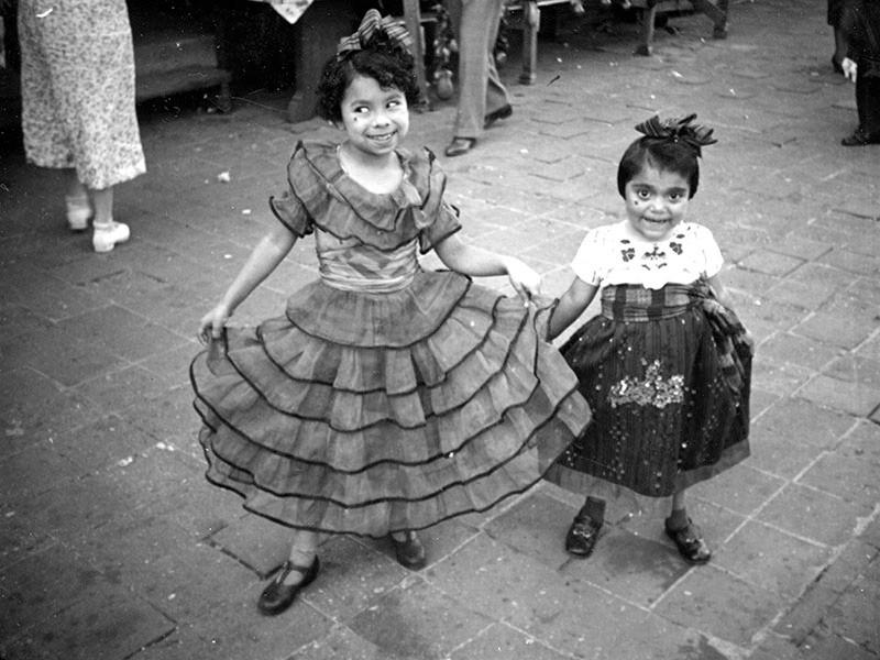 1937, Girls Perform on Olvera St.