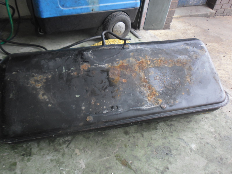 Fuel tank, inner welds rusting through. Previously painted to cover rust