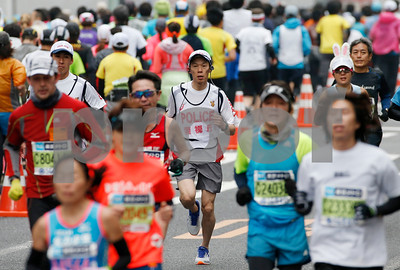 running-police-keep-the-peace-at-tokyo-marathon