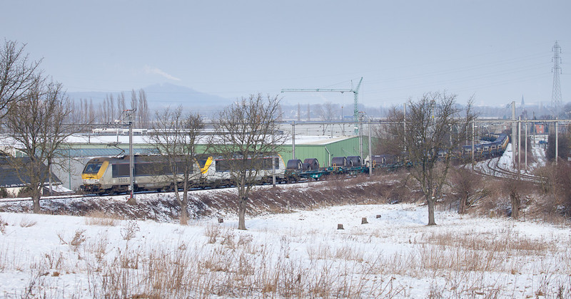 1305+1337 bring the steel train 37340 (Chatelet-Formation - Genk-Goederen) up the L24/1 loop from Vise-Bas to Vise-Haut.
