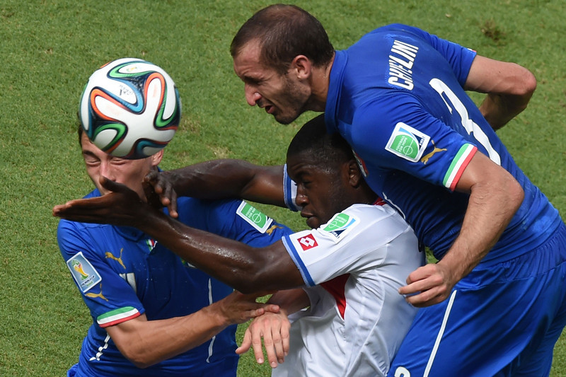 . Costa Rica\'s forward Joel Campbell (C) is challenged by Italy\'s defender Giorgio Chiellini during a Group D match between Italy and Costa Rica at the Pernambuco Arena in Recife during the 2014 FIFA World Cup on June 20, 2014.  (JAVIER SORIANO/AFP/Getty Images)