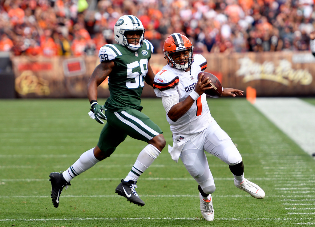 . Cleveland Browns quarterback DeShone Kizer (7) scrabbles against New York Jets inside linebacker Darron Lee (58) during the first half of an NFL football game, Sunday, Oct. 8, 2017, in Cleveland. (AP Photo/David Richard)