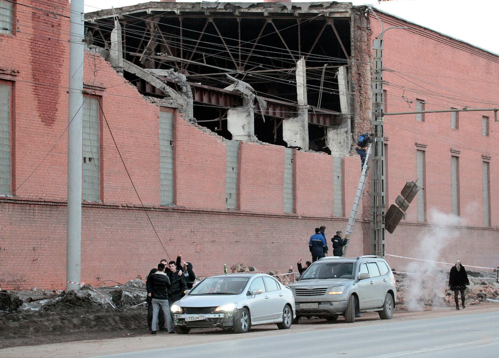 Description of . Workers repair damage caused after a meteorite passed above the Urals city of Chelyabinsk February 15, 2013. More than 500 people were injured when the meteorite shot across the sky and exploded over central Russia on Friday, sending fireballs crashing to Earth, shattering windows and damaging buildings. REUTERS/Yevgeni Yemeldinov