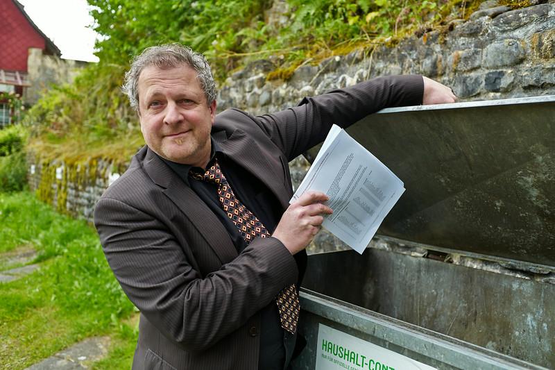 Künstler und visarte-Vorstand Alex Meszmer kübelt seine Petition für den Erhalt der Kulturseiten der Tagblatt-Gruppe. (Bild u.a. für Thurgaukultur.ch und Saiten-Magazin.)
