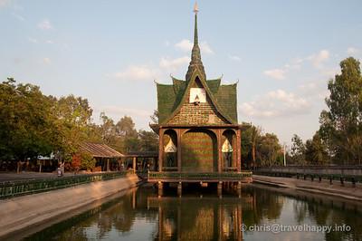 beer-bottle-temple-wat-lan-khuat-sisaket-thailand-304-560x560.jpg