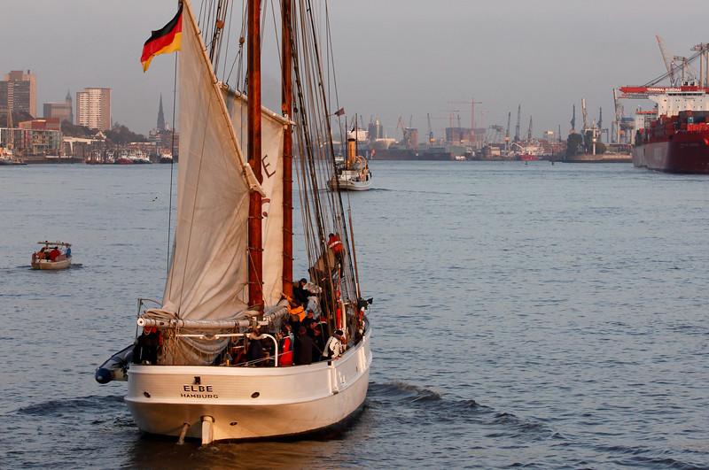 Lotsenschoner Elbe auf der Elbe in Hamburg von hinten in der Abendsonne