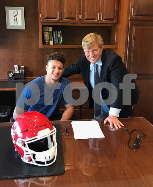 Patrick Mahomes signs rookie contract with Chiefs
