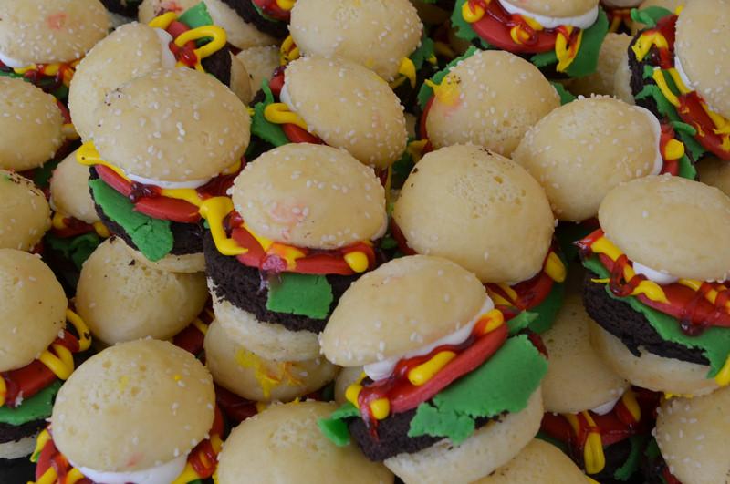 DSC_2169-hamburger-cupcakes.JPG