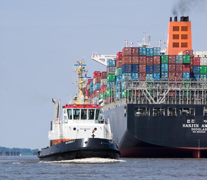 Containerschiff und Schlepper bugsier 7