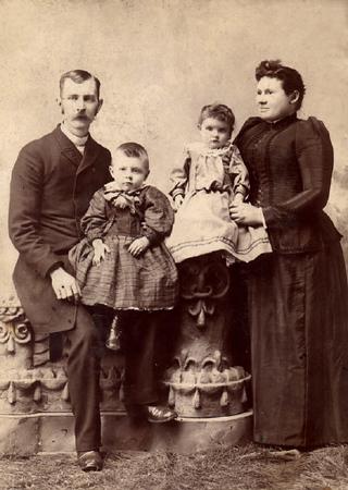 Grandma_Hadlock_as_a_little_girl_The_Burrington_family