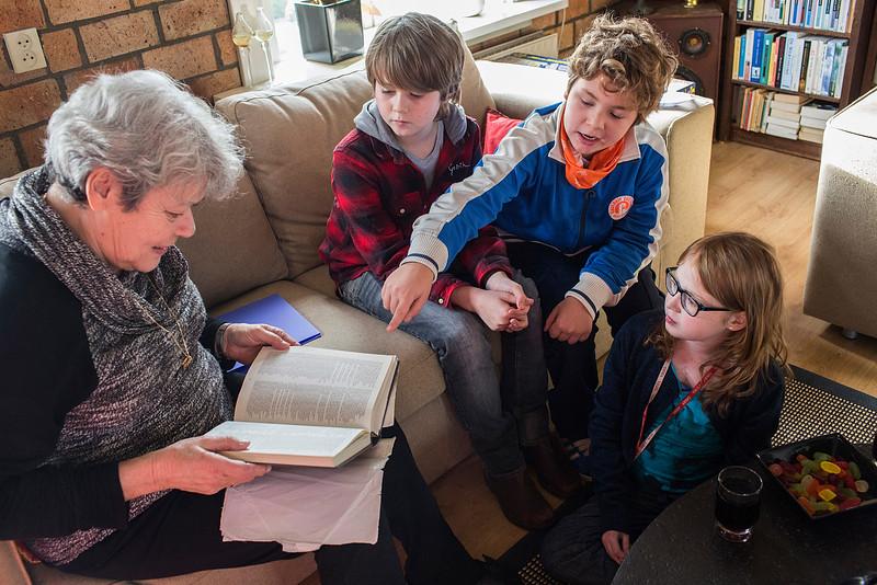 'Oorlog in mijn Buurt' Baarn, 27 januari 2015, kinderen van de Anne Frankschool uit Amsterdam interviewen  Edith Bernards over de oorlog, foto: Katrien Mulder