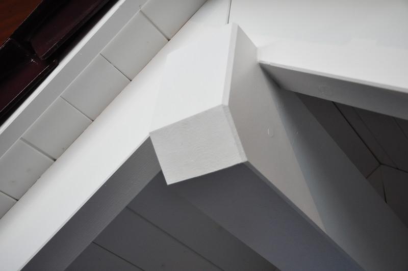 Die Pfetten- und Sparrenköpfe haben wir in der modernen, einfach abgeschrägten Form gewählt. Die klassische geschwungene Form hätte nicht zum modernen Haus gepasst.