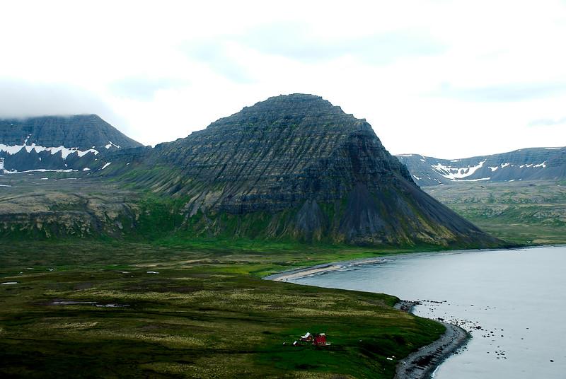 Hlöðuvík. Bæjardalsfjall. Álfsfell. Sér í Kjaransvík og þar upp af Miðaftansdal. Húsin eru Búðir í Hlöðuvík.