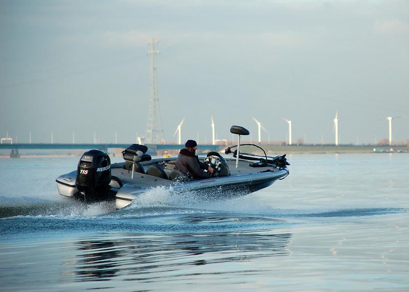 bassboat-at-haringvliet-hollandsch-diep.jpg