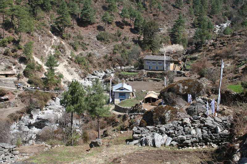 Lodges on way to Phakding.JPG