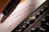 Caneta e teclado e papel timbrado