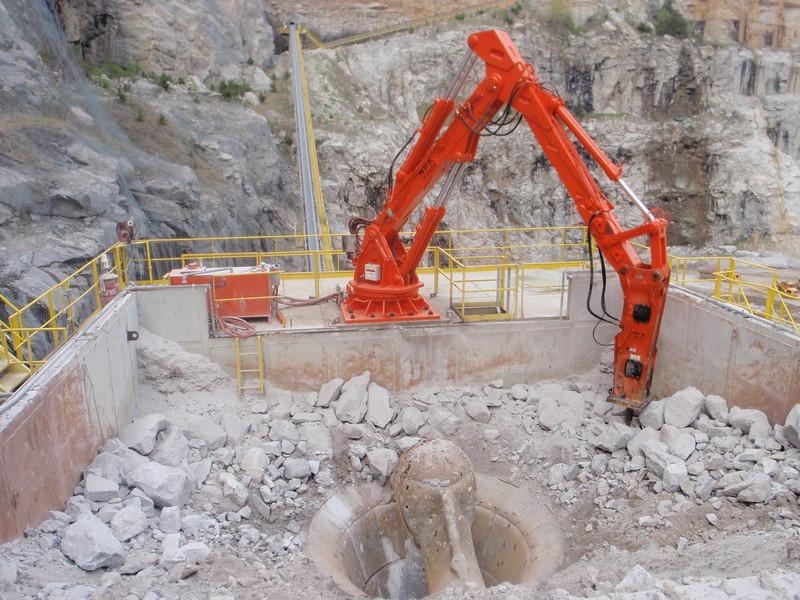 NPK B6500 pedestal boom system with GH10 hydraulic hammer-concrete recycling (2).JPG