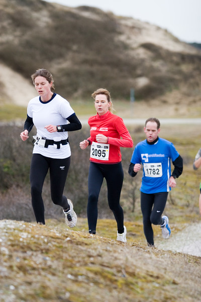 NK Veldloop voor Gemeenteambtenaren 2008. Het parcour door de zuidduinen van Katwijk. De uiteindelijke nummer 2 Astrid Hoek in achtervolging op de latere winnares.
