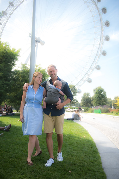 Izmi_Baby_Carrier_Mid_Grey_Lifestyle_Front_Carry_Couple_In_London_The_London_Eye.jpg