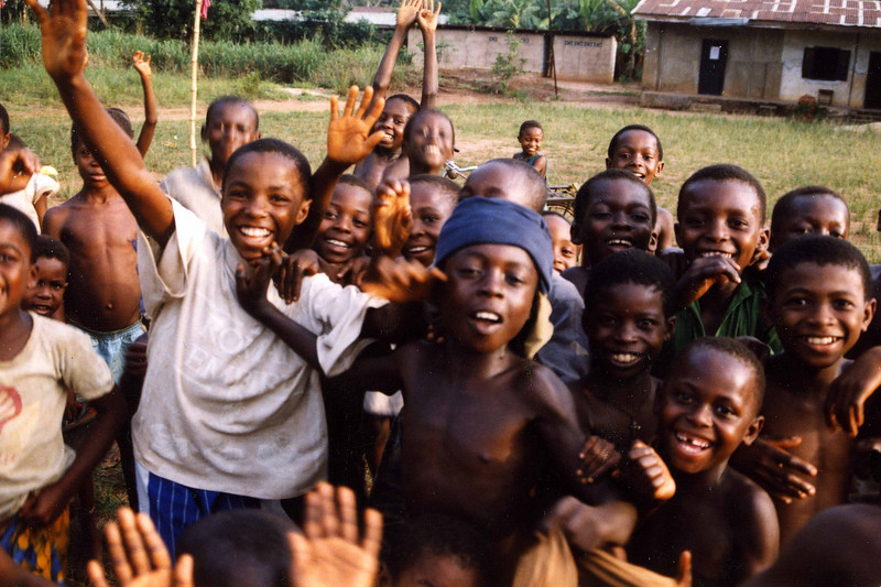Wide smiles during brief encounter, soccer field, outside Owerri. - Brede glis på en kort visitt, fotballbane utenfor Owerri. (Foto: Geir)