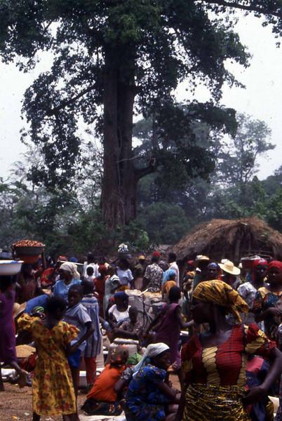 Traders and buyers at the local Ikwo market. --- Selgere og kjøpere på det lokale markedet, Ikwo. (Foto: Geir)